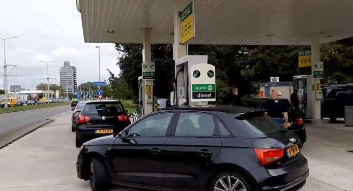 Drukte in Leidschendam bij het benzinestation.