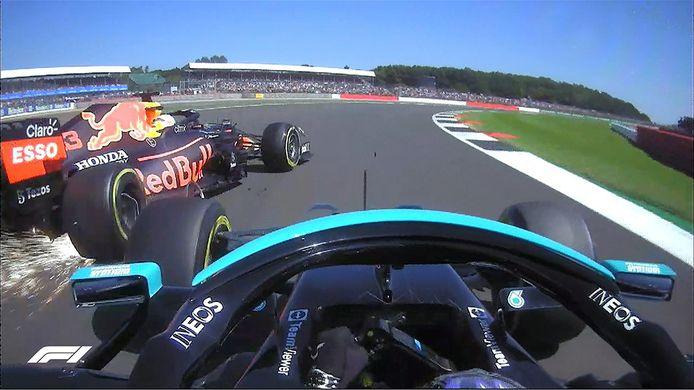 Het moment dat Hamilton de auto van Verstappen aantikt.