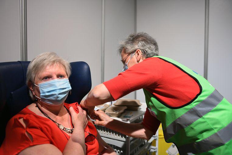 Een vrouw wordt gevaccineerd in de Brabanthal in Leuven. Straks mag wie jonger is dan 41 jaar, mogelijk zelf kiezen of ze een J&J-vaccin willen. Beeld Vertommen