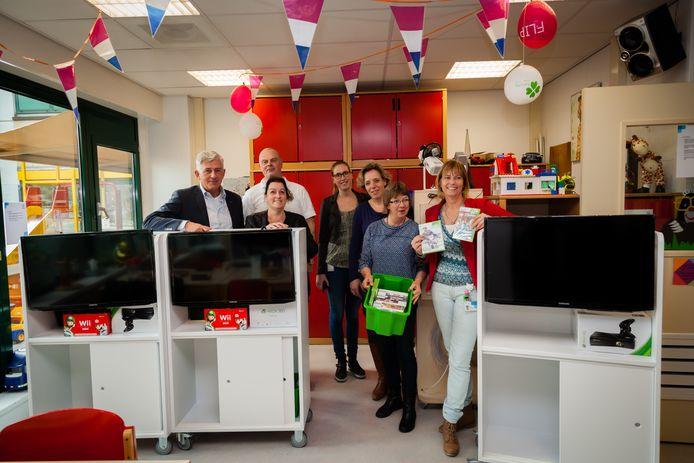 De overhandiging van vijf multimediakarren voor de kinderafdeling van ziekenhuis Rijnstate, een paar jaar geleden. De Stichting Jaimy van Boxel heeft samen met Lionsclub Kwartier van Arnhem de apparatuur bekostigd met de opbrengst van de Golf4jaimydag op golfbaan Welderen in Elst. Die bracht 18.000 euro op.
