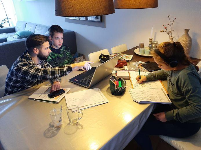 Mitchel, student van het Graafschap College, aan tafel bij Koen en Irin, kinderen van een docent van het ROC.
