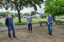 Hans Gooskens, Mariska van Regteren en Jan de Haan (vnlr), leden van Kernteam Scheperij, op de plek waar het nieuwe winkelcentrum met daarbovenop appartementen aan de Scheperij in Teteringen moet gaan verrijzen.