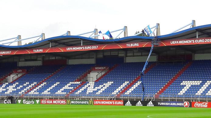 Op het dak van het stadion worden alvast de vlaggen van Frankrijk en IJsland geplaatst.