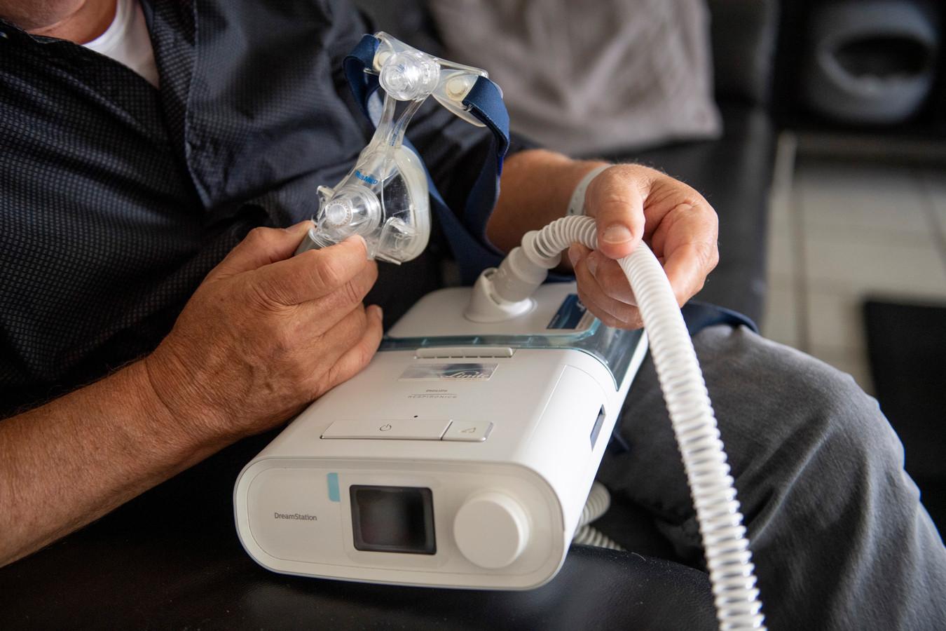 Wim Meijer laat zijn slaapmasker zien. Zonder kan hij niet, want zijn ademhaling stokt zeker 45 keer per uur als hij slaapt.