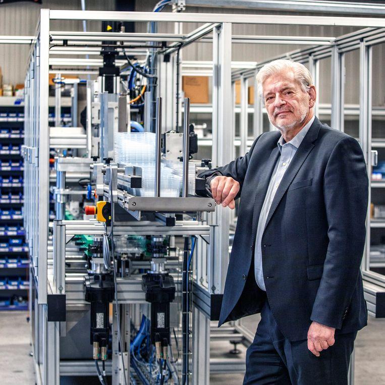 Rob Spekreijse bij een nieuwe machine van het bedrijf waarmee hij een doorstart maakt. Beeld Raymond Rutting / de Volkskrant