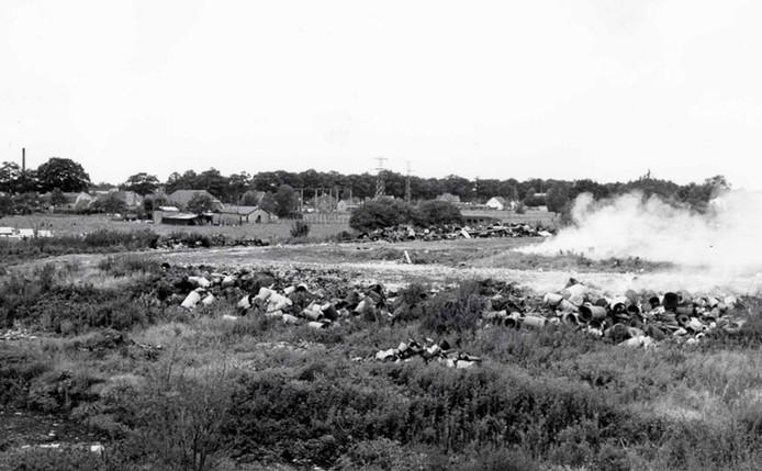 Ver voordat de Apeldoornse wijk De Maten werd aangelegd, werd op de plek van het huidige Kanaalpark huisvuil, bedrijfs- en chemisch afval gestort. Uiteindelijk hoopte zich er 427.820 ton afval op. Deze foto is uit 1964.