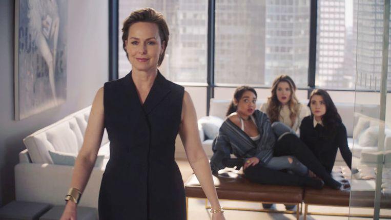 Melora Hardin als hoofdredacteur Jacqueline Carlyle in 'The Bold Type', met achter haar de personages Kat, Sutton en Jane. Beeld
