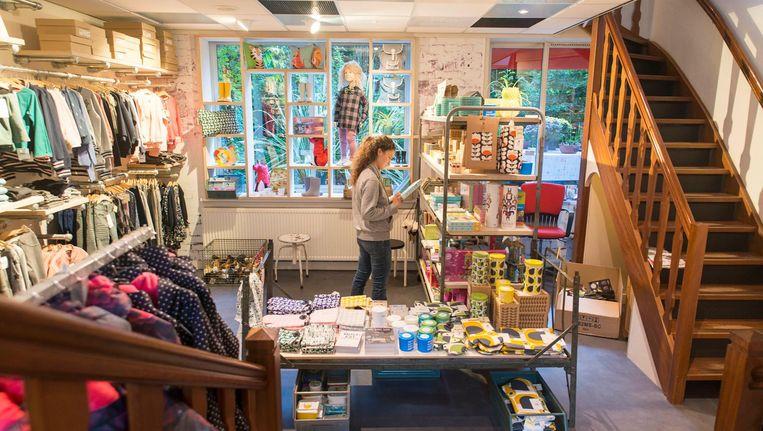 Elke dag maakt Jeannet van der Knaap wel iets grappigs mee met de kinderen die in haar winkel komen Beeld Charlotte Odijk