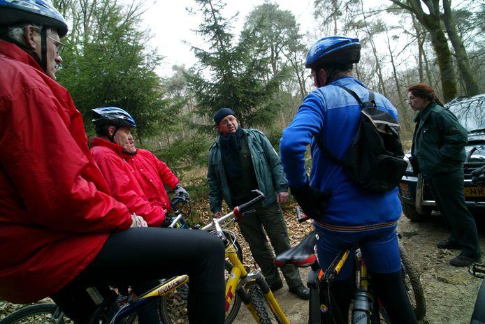 Controle van mountainbikers in de bossen van de Utrechtse Heuvelrug, die buiten de voor hen bestemde paden rijden.