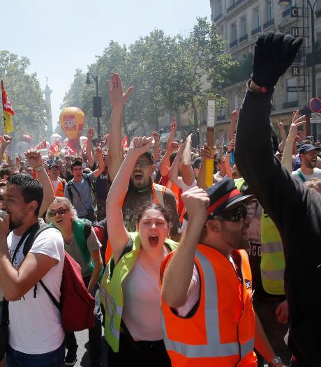 Veiligheidsmedewerker Franse president geschorst na agressie tegen betoger
