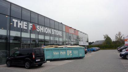 Uitdoofscenario voor baanwinkels langs N70: geen nieuwe kledingzaak meer na sluiting Fashion Store