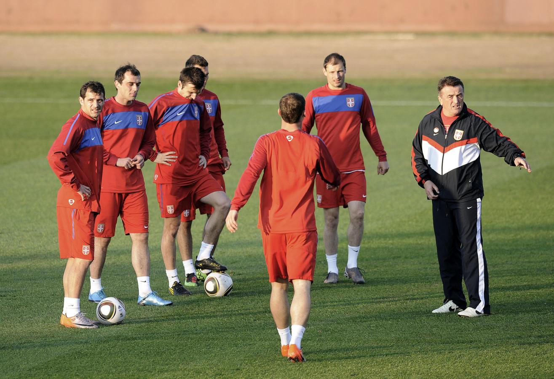 Radomir Antic, uiterst rechts, als bondscoach van Servië in 2010.