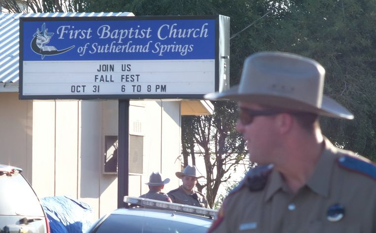 Politie bij de First Baptist Church van Sutherland Springs. Beeld EPA