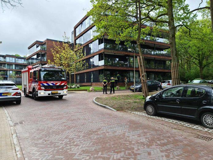 De brandweer en politie rukten uit voor de brand die flink wat rook in de woning veroorzaakte.