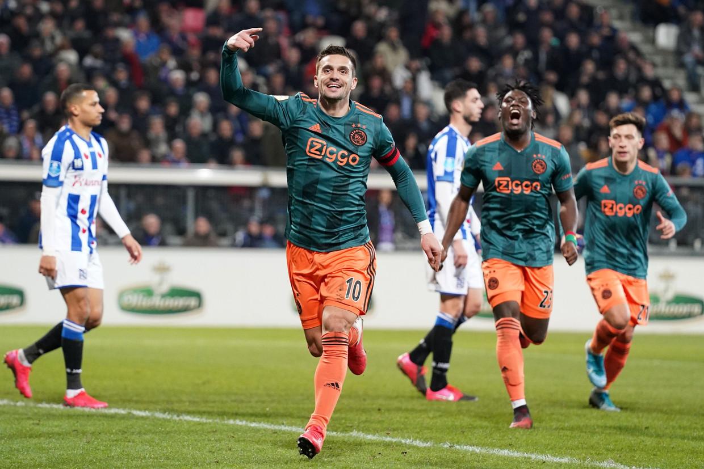 Ajax-aanvoerder Dusan Tadic viert een treffer in de wedstrijd Heerenveen Ajax (1-3) op 7 maart. Wellicht was dit de beslissende wedstrijd voor het kampioenschap. Beeld ANP