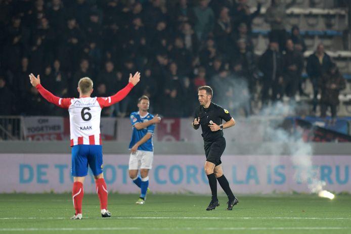 Vuurwerk op het veld bij FC Den Bosch - TOP Oss van vorig seizoen. Zo ver zal het dinsdagavond, als de derby in Oss zonder publiek wordt gespeeld, niet komen.