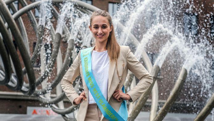 Louise Nulens, poserend aan fontein De Golf op het Schouwburgplein