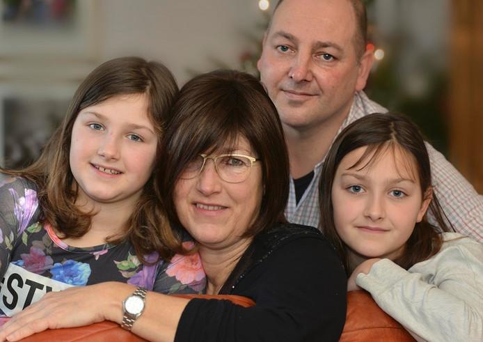 Links dochter Imke (9), Josien van Riemsdijk, haar man Henk Wiesenekker en dochter Simone (11)