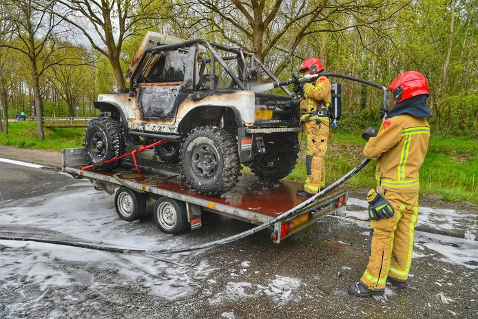 Jeep vloog spontaan in brand