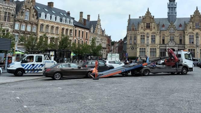 Automobilisten negeren parkeerverbod op Grote Markt: wagens getakeld