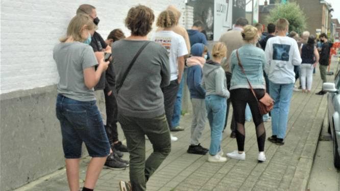 """Lange wachtrij voor eerste prik zonder afspraak aan het vaccinatiecentrum COC in Ronse: """"Kom later vandaag of morgen terug"""""""