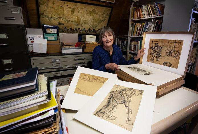 Curator Lisette Le Blanc zoek naar tekeningen van Jan van Anrooy op zolder.