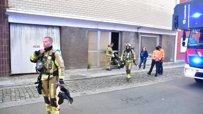 Vandalen maken amok en stichten brand in verlaten loods