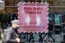 Mensen in Berlijn worden gewezen op het belang van afstand houden.