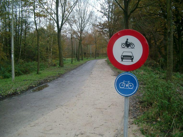 Een fietspad (blauw bord) is sowieso verboden voor auto's en motorfietsen, dus het bovenste bord is overbodig. Beeld Joris Willems