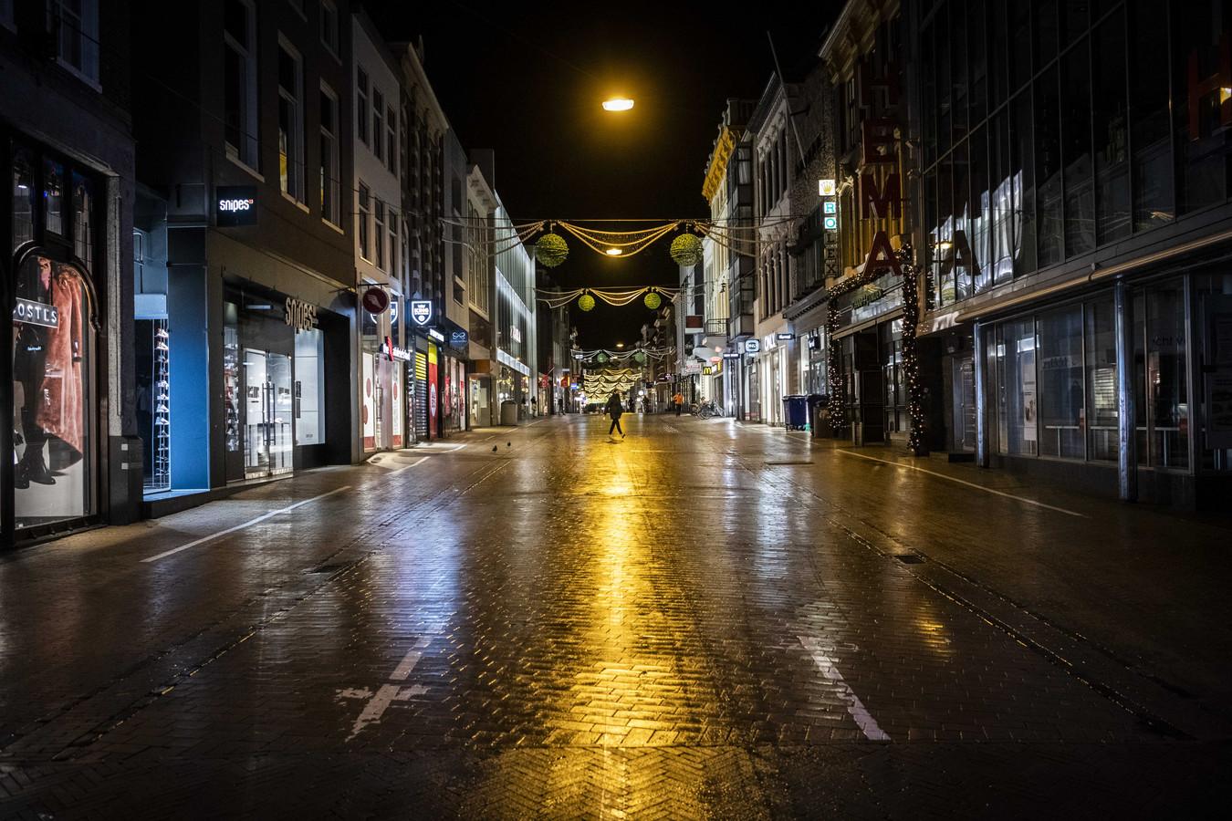 Een lege Herestraat in het centrum van de stad. De invoering van een avondklok ligt voor het kabinet als serieuze optie op tafel.
