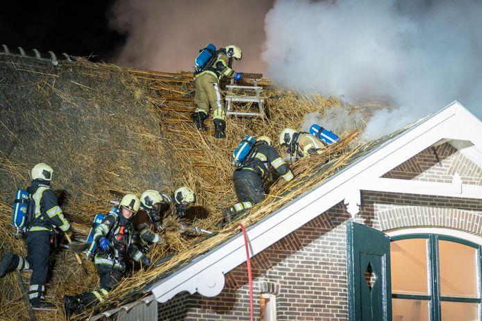 Specialisten van omliggende korpsen kwamen de Biltse brandweer ondersteunen omdat het een brand in een rieten kap betrof.
