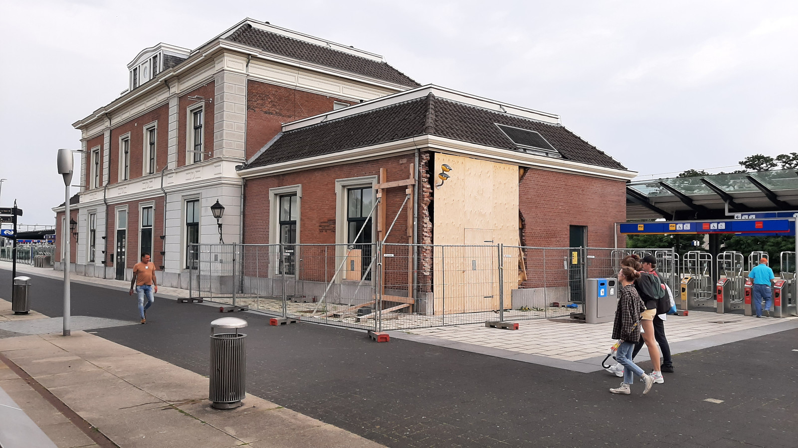 Een muur is nog gestut, een zijgevel provisorisch gedicht. Maar de komende maanden moet het stationsgebouw er weer bovenop komen.