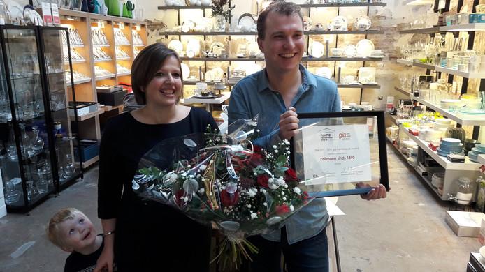 Anke en Nick Pollmann tonen de oorkonde van de Global Innovation Award voor Nederland. Zoontje Joost kijkt mee.