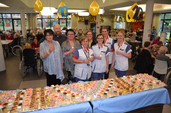 Directeur Steven Sonck met een aantal personeelsleden tijdens de receptie voor de bewoners als feestelijke start van tien jaar woonzorgcentrum Klateringen.