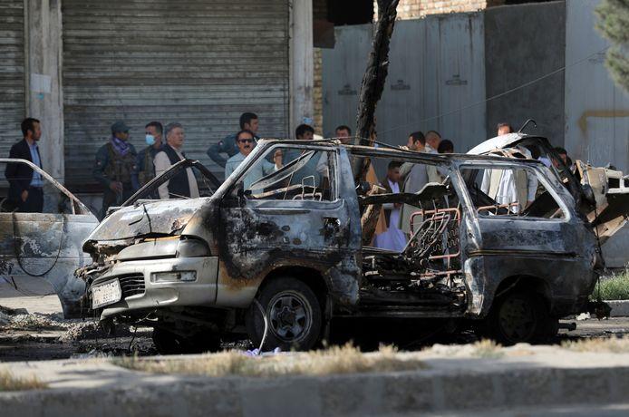 Een van de ontplofte minibussen in Kaboel.