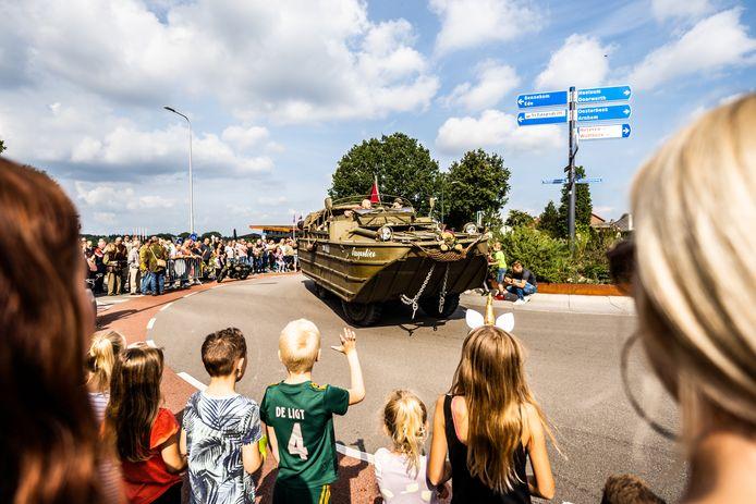 Veel bekijks bij een amfibievoertuig aan de Telefoonweg.