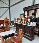 Ludo Helsen in de loods waar nu alles van zijn museum staat opgesteld.