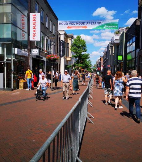 Dranghekken zorgen voor eenrichtingsverkeer in Hoofdstraat Apeldoorn