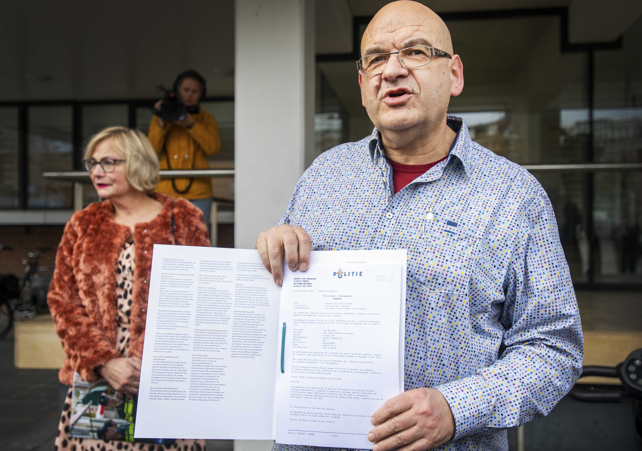 Paul van Buitenen met het proces verbaal oktober vorig jaar, nadat hij aangifte heeft gedaan tegen de overheid.