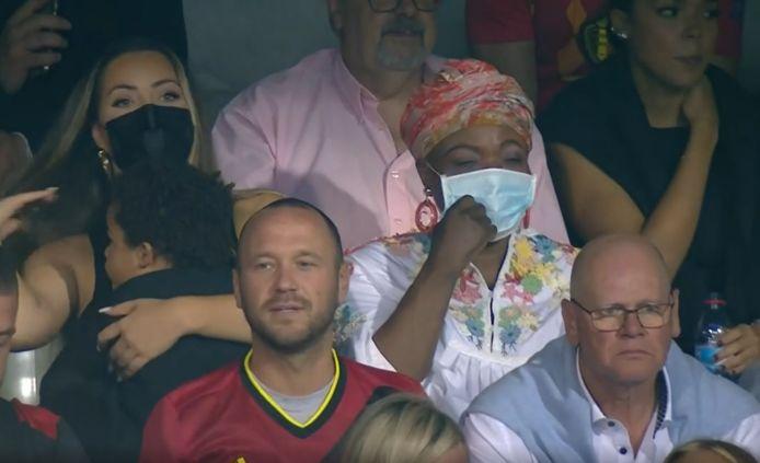 De moeder van Lukaku was samen met zijn zoontje en vriendin aanwezig in het stadion.