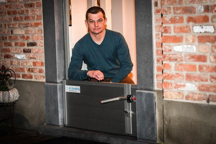 Zaakvoerder Kurt Lanckriet ontwikkelde schotten die je huis vrijwaren van wateroverlast.