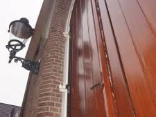 Vandalen slaan toe bij de Noorderkerk in Bunschoten: voordeur dichtgeplakt met een dikke laag kit