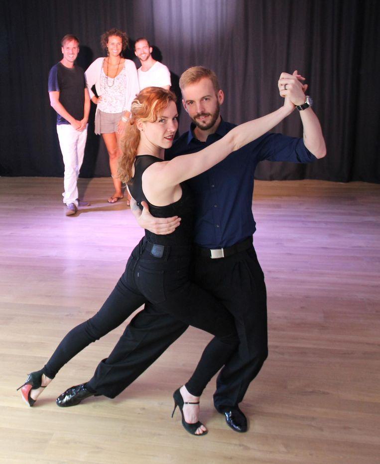 Lis en Yannick van Tangorrion (vooraan) laten de dansschool over aan Davy Desloovere, Eveline Verhaeghe en Dieter Vandeputte (achteraan).
