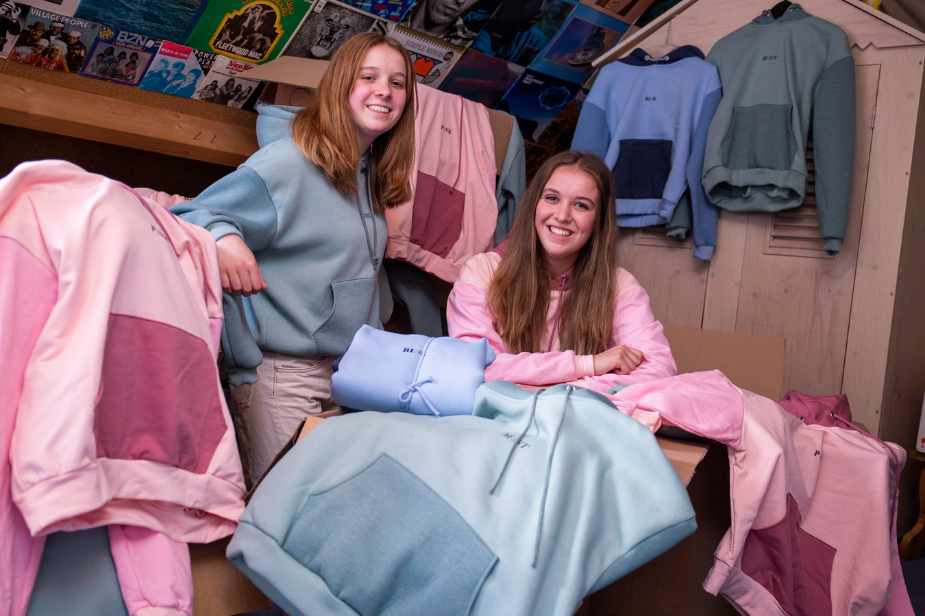 Jolie (links) en Amy Hillaert op zolder bij hun voorraad van Pastel Clothes in Veenendaal.