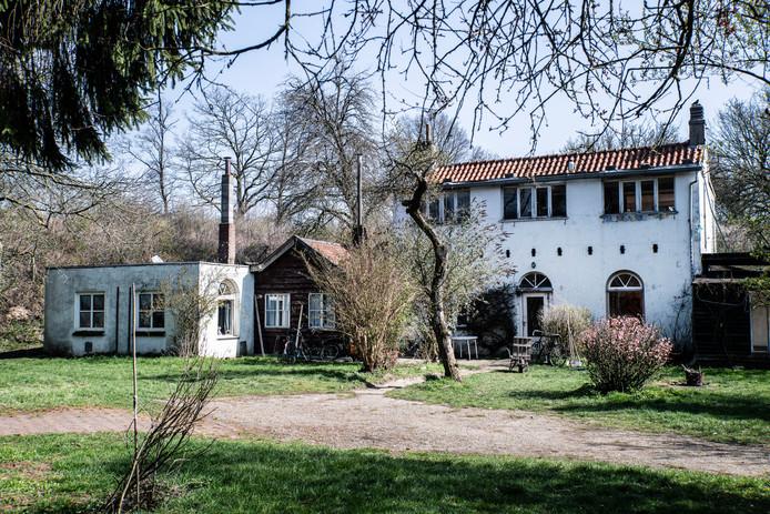 Het gekraakte woonhuis op het terrein van Fort Beneden Lent