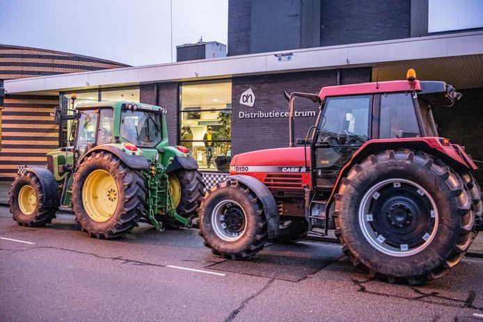 Demonstrerende boeren bij het Albert Heijn-distributiecentrum in Tilburg.