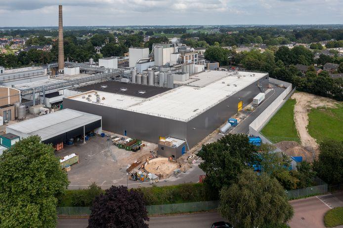 De jongste uitbreiding van Nestlé in Nunspeet: een tien meter hoge hal die buren het zicht vanuit hun woning ontneemt.