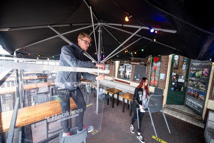 Bij 't Hookhoes aan het Amaliaplein zijn de opbouwwerkzaamheden voor het terras in volle gang.