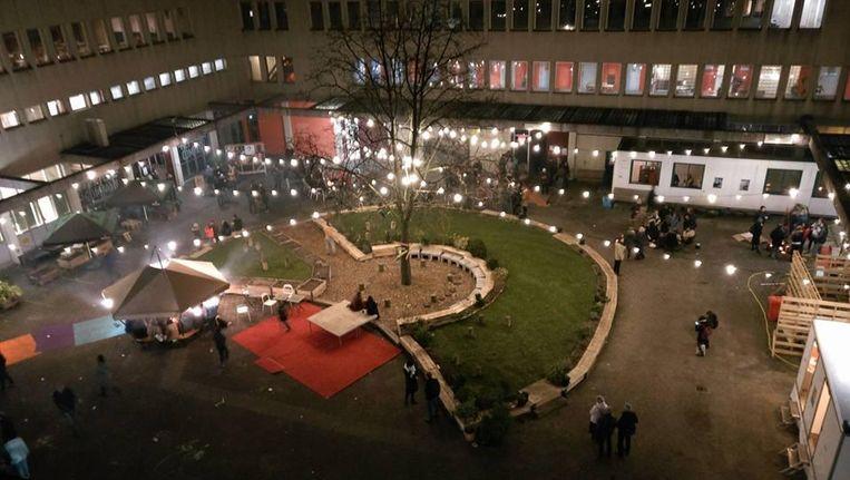 Het is volgens de Stichting Leegstand Oplossers Amsterdam voor het eerst dat er een broedplaats naast een asielzoekerscentrum is geopend. Beeld Lola Lik