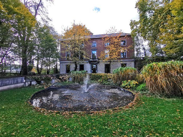 De bibliotheek van Halle met op de voorgrond de fontein die ook behouden blijft na de renovatie.